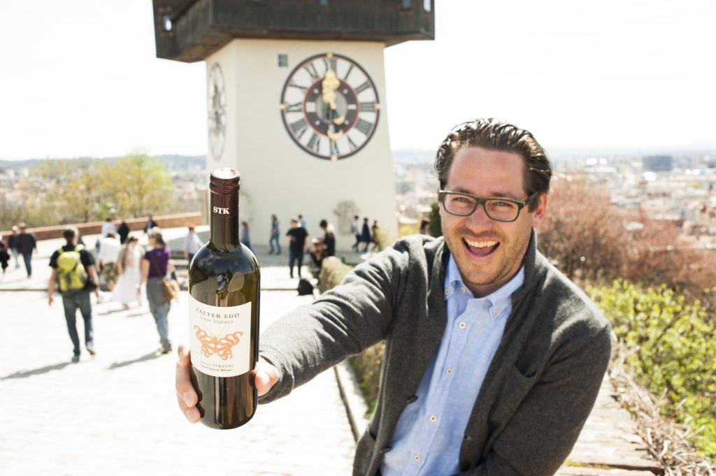 Hannes Sabathi mit Grazer Stadtwein vor dem Urtrum