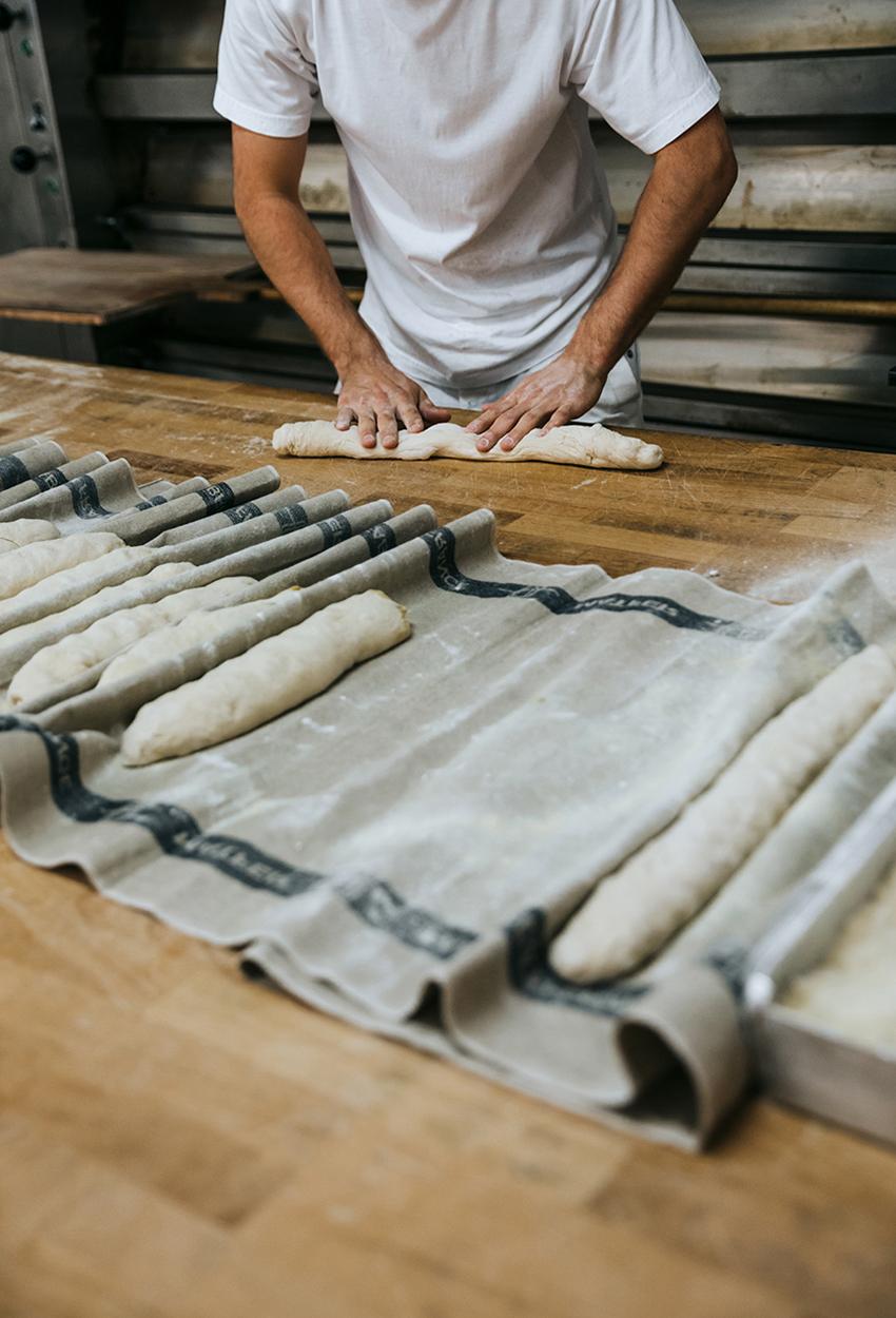 Bäckerei Sorger händische Bearbeitung von Backwaren